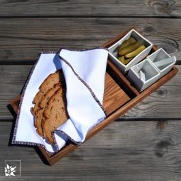 Brot und Salz oder auch mal ein paar Gürkchen passen in die beigefügten Porzellangefäße.