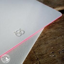 Gmund Grusskarte mit Brezen, Umschlag und pinkem Farbschnitt.