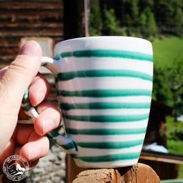 """Kaffeebecher """"Grün Geflammt"""" von Gmundner Keramik."""