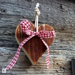 Die Herzen werden aus alten Brettern gemacht: die der Südseite sind dunkelbraun - die Wetterseite jedoch hinterlässt ein grau eingefärbtes Holz!