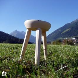 Die Holzhocker werden nach Art eines Melkschemels im Stubaital in Tirol Stück für Stück angefertigt. Momentan sind die Beine des Hockers in RUND!!