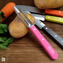 Zum Küchenmesserset von Opinel mit den bunten Buchenholzgriffen gehört ein Gemüse-/ Kartoffelschäler. (Lieferung ohne Dekoration)