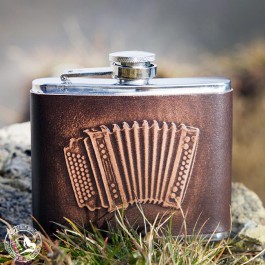 Leder-Flachmann Akkordeon. Das Motiv wurde von Hand in das Leder eingeprägt.