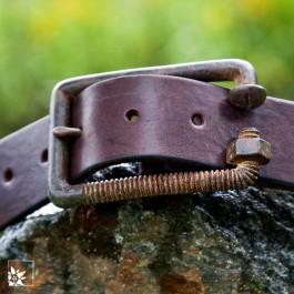 Die Schnalle ist aus Metall und sehr robust.