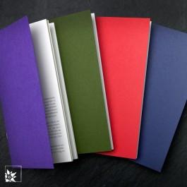 Die Notizhefte gibt es in vier Farben. Violett, Olivgrün, Rot oder Dunkelblau.