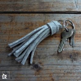 Der Schlüsselanhänger besteht aus kurzen 3 mm dicken Filzfransen und ist 11 cm lang. (Lieferung ohne Schlüssel.)
