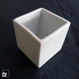 Porzellan-Mini aus weißem glasierten Porzellan. Das quadratische Gefäß ist 5 x 5 x 5 cm groß.