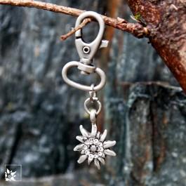 """Der Schlüsselanhänger """"Edelweiß"""" aus nickelfreiem, versilbertem Metall. Jedes Teil wird in Handarbeit  hergestellt."""
