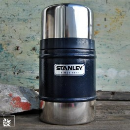 Stanley Foodcontainer 500 ml in blauer Hammerschlagoptik mit blitzendem Edelstahl.
