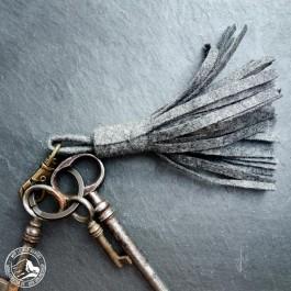 Steiner 1888 Schlüsselanhänger mit Fransen – Grau (Lieferung ohne Schlüsselbund)