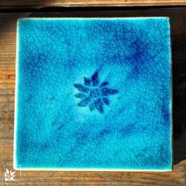 Steingutfliese Edelweiß in der Farbe Petrol. Dieses Produkt gibt es nur bei wohlgeraten!