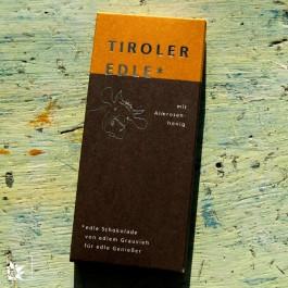Die Tiroler Edle Schokolade Almrosenhonig, handgemacht, mit Milch vom Tiroler Grauvieh.