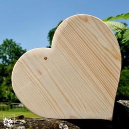 Die Holz-Herzen werden in einer Drechslerei in Tirol handgefertigt.
