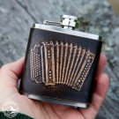 Kleiner Lederflachmann - 2,5oz - mit Akkordeon-Motiv. Geprägtes Leder - Reine Handarbeit aus Österreich!