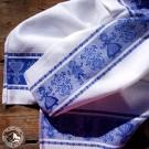 """Geschirrtuch """"Tiroler Paar"""" mit beidseitig gewebter Bordüre in Blau-Weiß und traditionellem Webmuster. (Lieferung OHNE Dekoration)"""