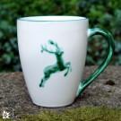 """Kaffeebecher """"Grüner Hirsch"""" von Gmundner Keramik."""