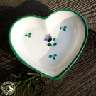 Herz aus Gmundner Keramik mit dem Dekor Streublumen.