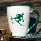 Gmundner Keramik Kaffeebecher Skifahrer Toni in grün. (Lieferung ohne Dekoration)
