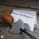 Der Nussdrängler kommt OHNE Nuss verpackt in einem kleinen Umschlag und ist damit auch für Sie einfach zu versenden.