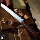 Panoramaknife Best of Graubünden: Ein praktisches Brotmesser mit rostfreier Edelstahlklinge und Griff aus Nussbaumholz. (Lieferung ohne Dekoration!)