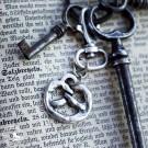 Schlüsselanhänger Brezn aus nickelfreiem, versilbertem Metall. (Schlüssel und Buch sind nicht Teil der Lieferung!)