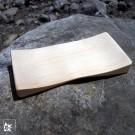 Die Seifenschale aus hellem Zirbenholz wird in Tirol angefertigt.