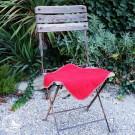 Sitzdecke Emma, Farbe Granat – Anwendungsbeispiel. Der Stuhl ist nicht Teil der Lieferung.