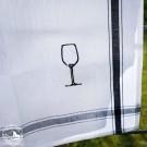 Das Glas ist in das Tuch aus 100% Leinen eingestickt.